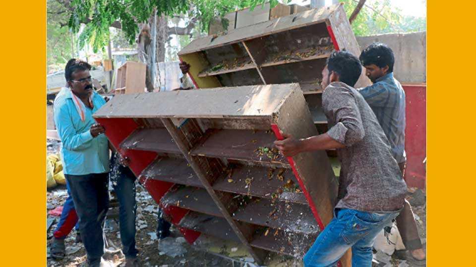 औरंगाबाद - दिल्ली गेट परिसरात रस्त्यावर थाटलेले फर्निचर महापालिकेच्या अतिक्रमण हटाव पथकाने बुधवारी जप्त केले.