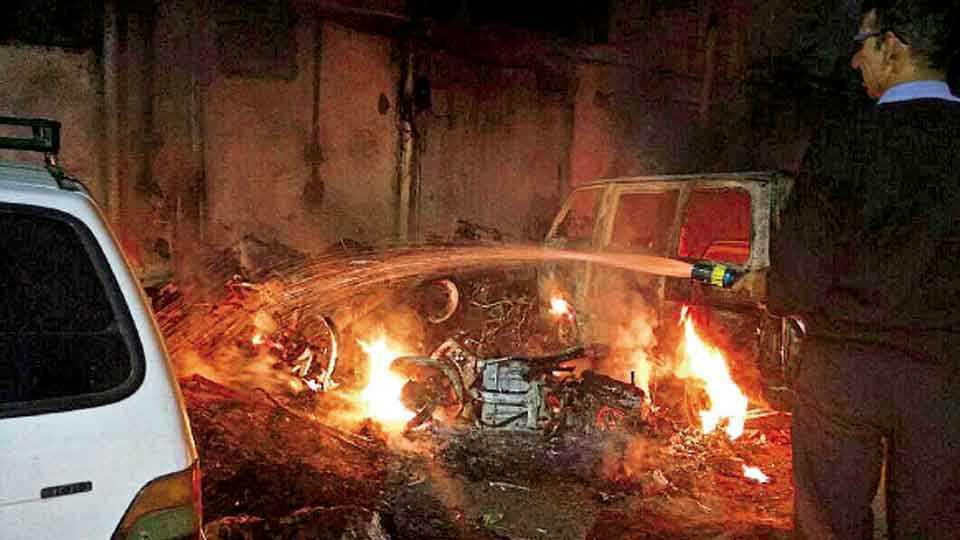 शनिवार पेठ - वर्तक बागेशेजारी मोटारींना मंगळवारी पहाटे लागलेली आग आटोक्यात आणताना अग्निशमन दलाचे जवान.