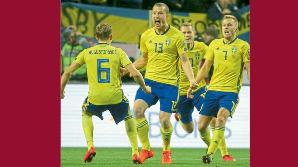 सोल्ना (स्वीडन) - विश्वकरंडक फुटबॉल प्ले ऑफ लढतीत इटलीविरुद्ध एकमात्र विजयी गोल केल्यावर सहकाऱ्यांसह जल्लोष करताना स्विडनाचा जेकब जोहान्सन (जर्सी नं. १३)