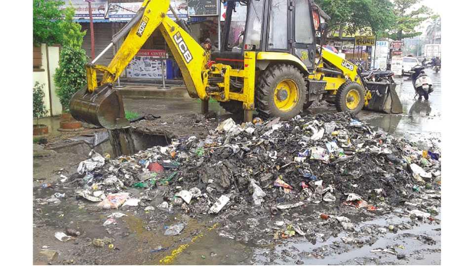 कोल्हापूर - कसबा बावडा येथे नाले सफाई सुरू असताना प्लास्टिक कचऱ्याचा पडलेला खच.