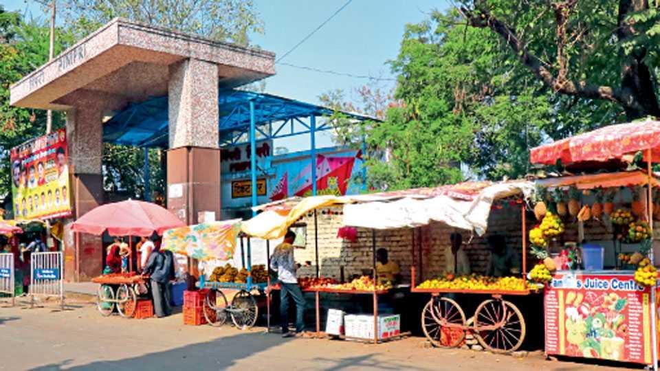 पिंपरी रेल्वे स्टेशन - स्टेशनबाहेरच्या हातगाड्या.