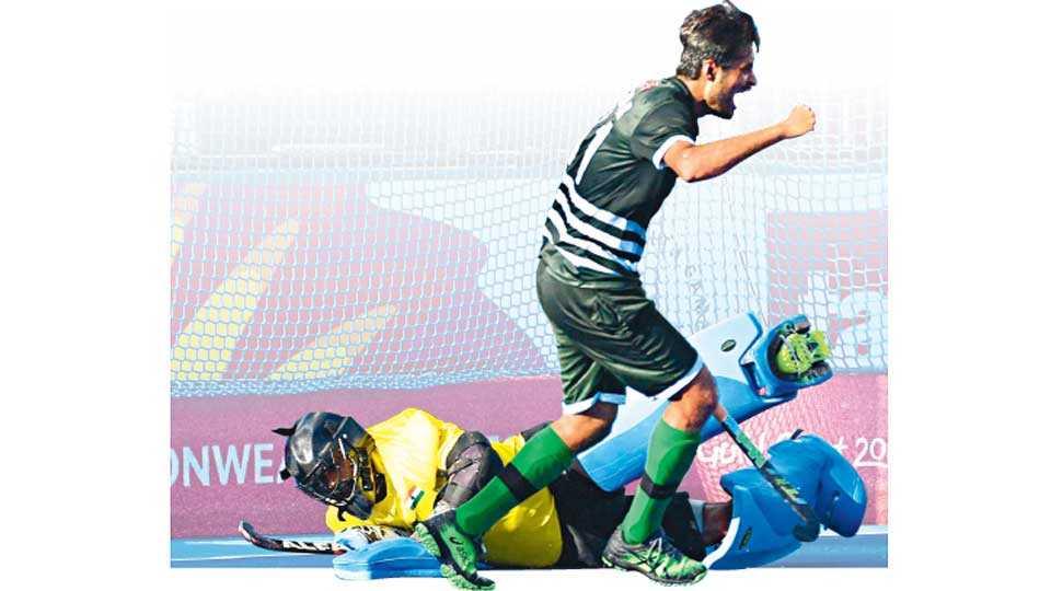 गोल्ड कोस्ट - भारताला बरोबरीत रोखणारा गोल झाल्यानंतर पाकिस्तानचा महंमद रिझवान जल्लोष करताना.