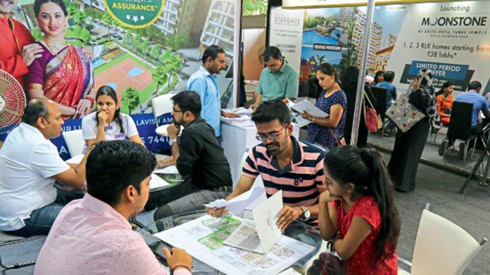 महालक्ष्मी लॉन्स (कर्वेनगर परिसर) - 'सकाळ वास्तू एक्स्पो २०१८' ला रविवारी भेट देणारे गृहखरेदीदार.
