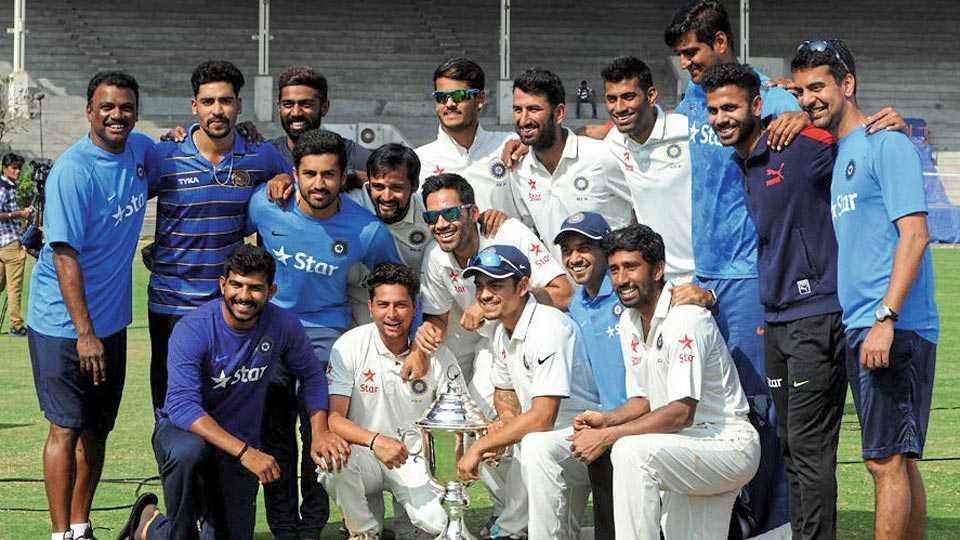 मुंबई - इराणी करंडकासह विजेता शेष भारत संघ.