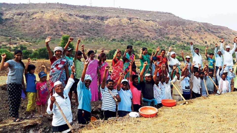 राजापूर - जरांबी पाझर तलावाच्या पाणलोट क्षेत्रात श्रमदान करताना महिला, मुले व ग्रामस्थ.
