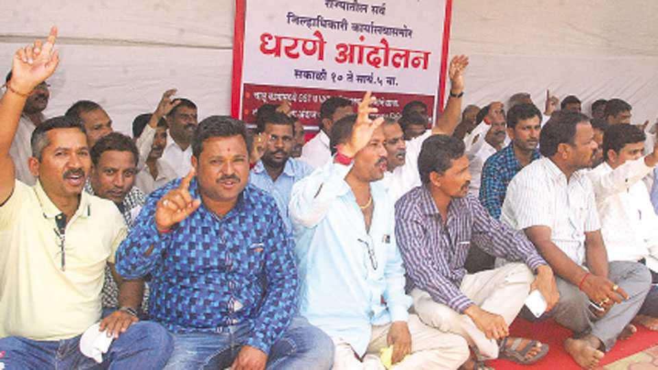 कोल्हापूर - महाराष्ट्र राज्य कंत्राटदार महासंघाच्यावतीने बुधवारी जिल्हाधिकारी कार्यालयासमोर विविध मागण्यांसाठी धरणे आंदोलन करण्यात आले.