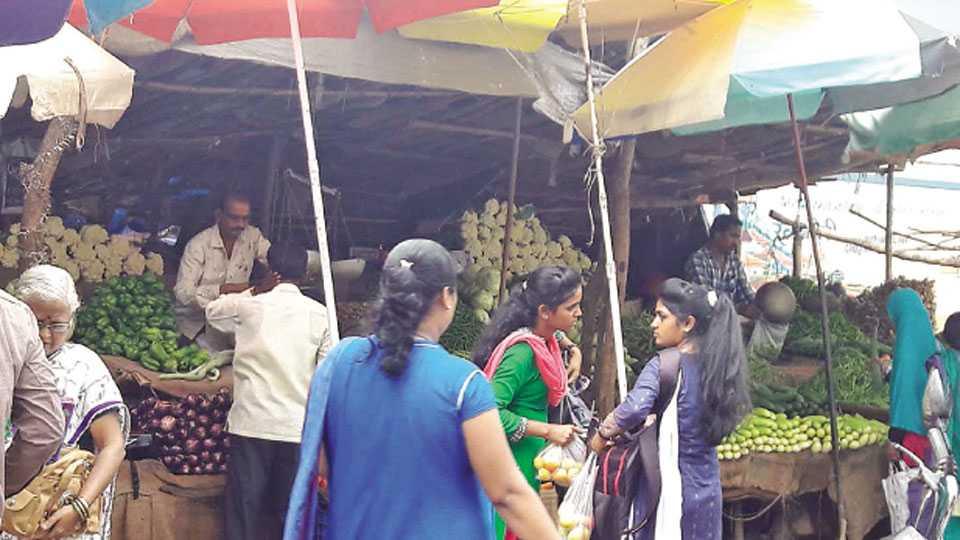 चिपळूण - कोकण बाजारजवळील भाजीच्या दुकानात ग्राहकांची गर्दी .