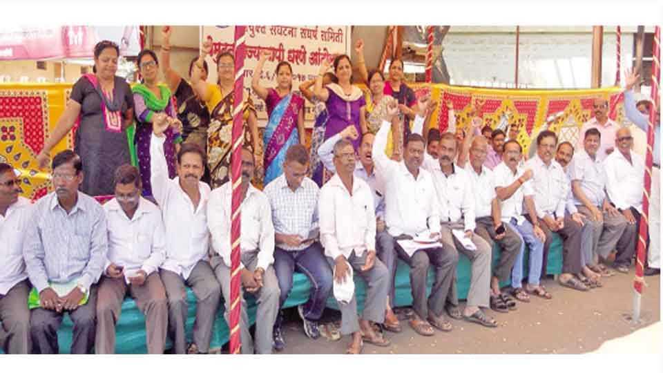 रत्नागिरी - जिल्हाधिकारी कार्यालयासमोर धरणे आंदोलन करणारे महाराष्ट्र जीवन प्राधिकरणचे अधिकारी व कर्मचारी.