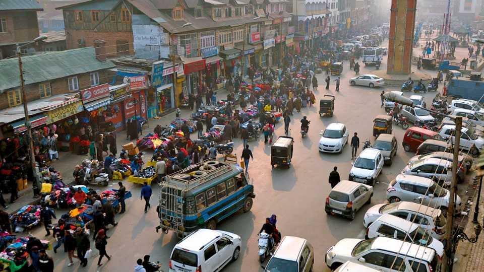श्रीनगर - फुटीरतावाद्यांनी पुकारलेला बंद दोन दिवस स्थगित केल्याने येथील प्रसिद्ध लाल चौक भागातील दुकाने शनिवारी उघडली. त्यामुळे ग्राहक व वाहनांमुळे हा परिसर चार महिन्यांत प्रथमच गजबजून गेला होता.
