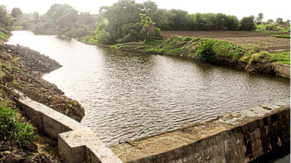 केंदूर (जि. पुणे) - गावात जलसंधारणाच्या कामांतर्गत आेढ्यावर घातलेल्या बंधाऱ्यामुळे जलसंचय झाला आहे.