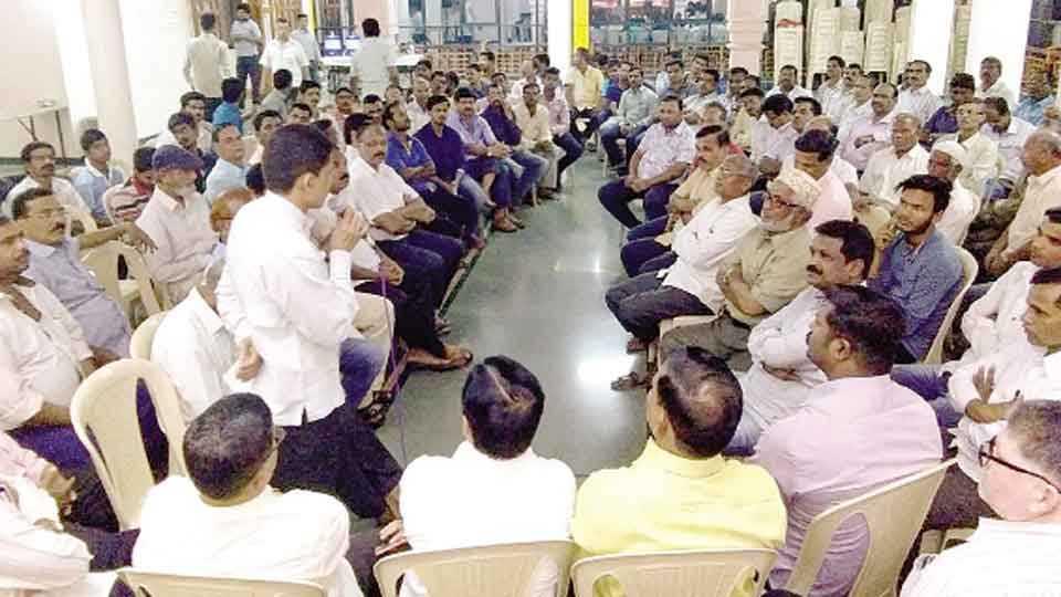 खेर्डी (ता. चिपळूण) - कार्यकर्ता बैठकीत बोलताना माजी सरपंच रवींद्र फाळके. शेजारी पदाधिकारी, कार्यकर्ते.