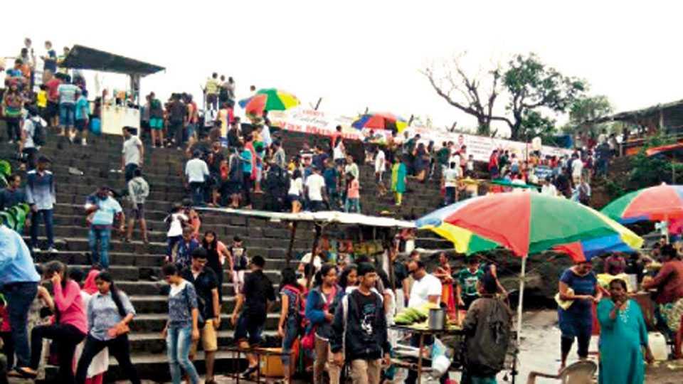भुशी धरण, लोणावळा - धरण पूर्ण भरलेले नसले तरीही पर्यटकांनी शनिवारी केलेली गर्दी.