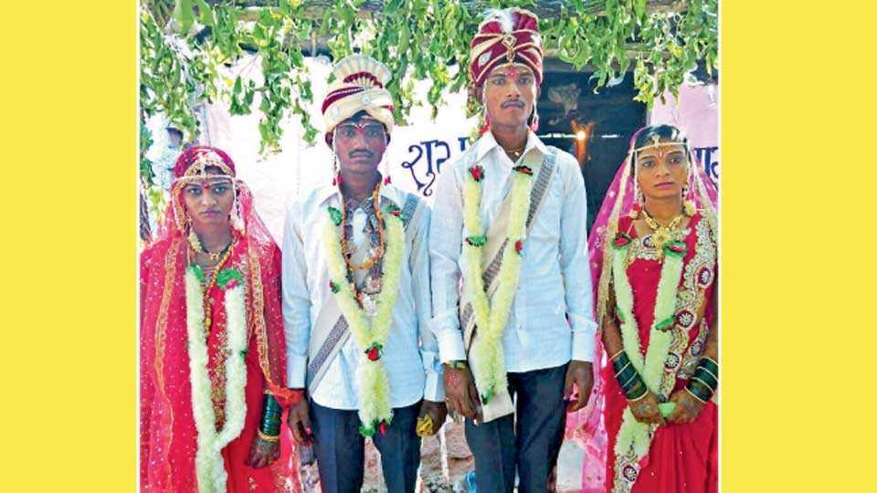 फुलसावंगी (जि. यवतमाळ) - ग्रामस्थांच्या पुढाकाराने विवाहित झालेली जोडपी.