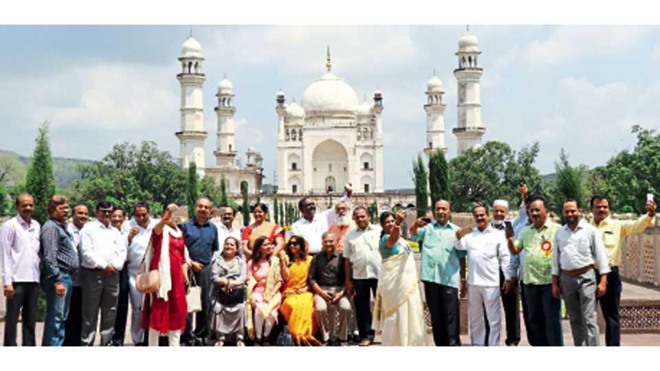 औरंगाबाद - महापौर परिषदेसाठी आलेल्या देशातील विविध शहरांच्या महापौरांनी दख्खनचा ताज समजल्या जाणाऱ्या बीबी का मकबऱ्याला भेट दिली. यावेळी अनेकांनी मकबरा सेल्फीत बंदिस्त केला.
