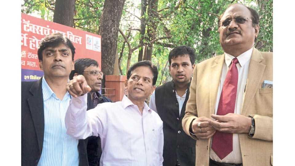 शिवाजीनगर - नियोजीत मेट्रो मार्गाची शुक्रवारी पाहणी करताना (डावीकडून) रामनाथ सुब्रमण्यम, श्रीनिवास बोनाला आणि नागपूर मेट्रोचे ब्रजेश दीक्षित.
