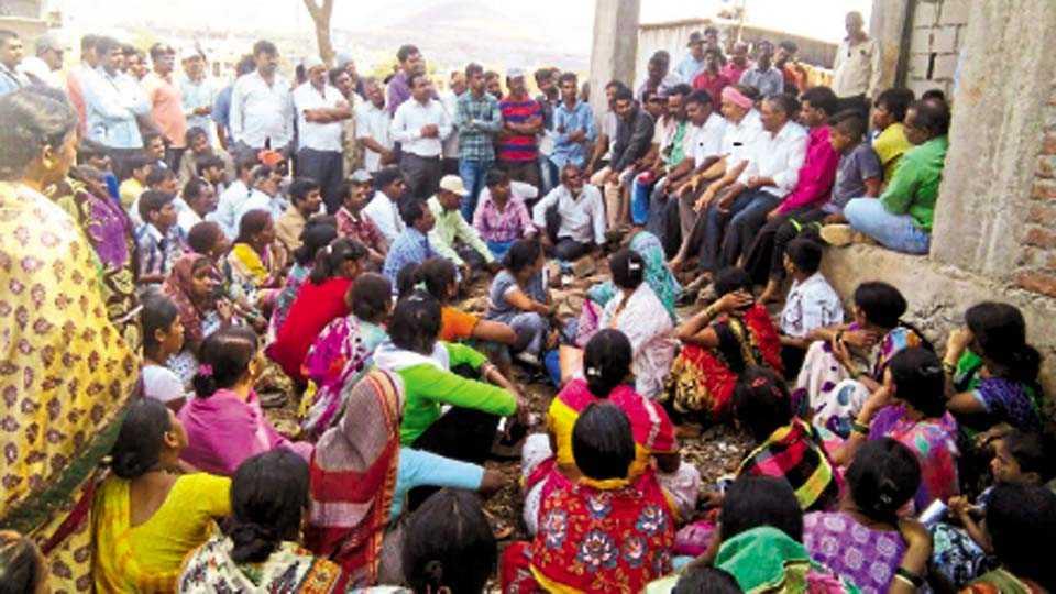 कात्रज - गुजरवाडी रस्ता परिसरातील टेकडीवरील बांधकामे हटविण्यास विरोध करण्यासाठी जमलेले नागरिक.