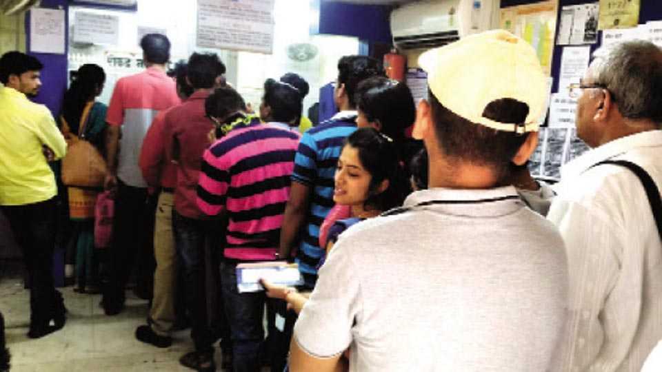 पाली - बॅंक ऑफ इंडियाच्या शाखेत रांगेत उभे असलेले ग्राहक.