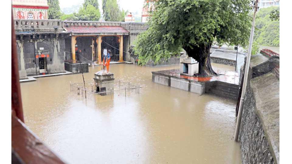 पवना नदीच्या पाणीपातळीत वाढ झाल्याने मोरया गोसावी समाधी मंदिरात पाणी शिरले.