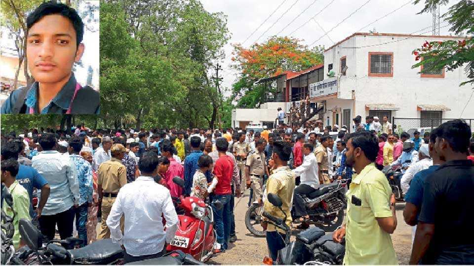 राजगुरुनगर (ता. खेड) - श्रीनाथ खेसे याच्या खुनानंतर पोलिस ठाण्यासमोर झालेली गर्दी.