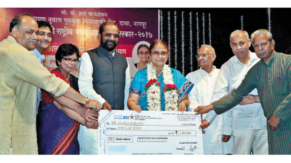 शंकरनगर - डॉ. अलका सरमा यांना पुरस्कार प्रदान करताना केंद्रीय गृहराज्यमंत्री हंसराज अहीर. शेजारी उपस्थित विजया रहाटकर, खासदार अजय संचेती, ॲड. मा. म. गडकरी, रवी कालरा, विकास झाडे आदी.