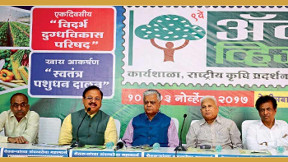 रेशीमबाग - पत्रकार परिषदेत माहिती देताना रवी बोरटकर, शेजारी (डाविकडून) दत्ता जामदार, डॉ. सी.डी. मायी, गिरीश गांधी, रमेश मानकर.