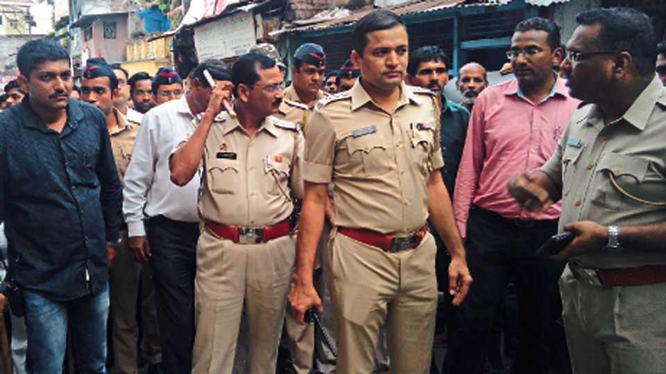 नाशिक - गजानन शेलार यांना अटक करण्यासाठी त्यांच्या निवासस्थानी दाखल झालेले पोलिस अधिकारी.