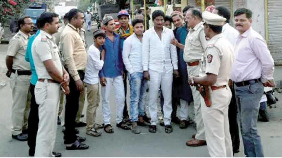 मोठा ताजबाग वस्तीत युवकांची चौकशी करताना बिट इंचार्ज पोलिस अधिकारी व कर्मचारी.