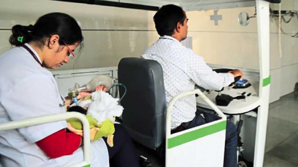 ससून रुग्णालय - वंदना चव्हाण यांच्या खासदार निधीतून विकसित केलेल्या बॅटरीवरील गाडीमधून नवजात अर्भकाला उपचारासाठी घेऊन जाताना डॉक्टर.