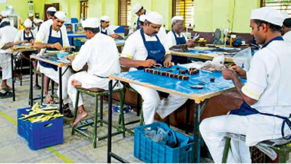 येरवडा - येरवडा मध्यवर्ती कारागृहात टेरगस वर्क या कंपनी मार्फत चप्पल निर्मिती केंद्र सुरू करण्यात आले आहे. कैद्यांच्या सुधारणा व पुनर्वसन अंतर्गत  कैदी एक्पपोर्ट दर्जाच्या चप्पल निर्मिती मध्ये मग्न आहेत.
