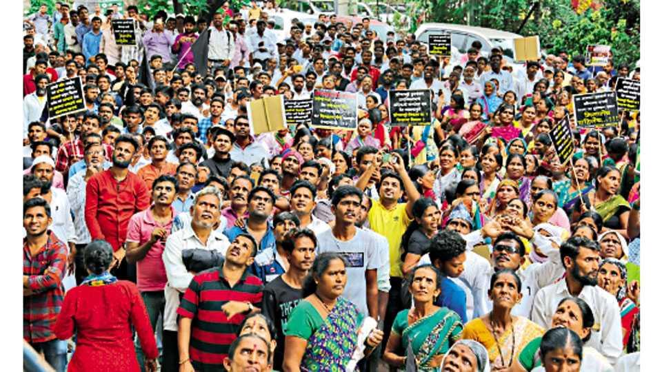 सेनापती बापट रस्ता - विविध मागण्यांसाठी 'एसआरए' कार्यालयासमोर आंदोलन करताना जनता वसाहतीमधील रहिवासी.