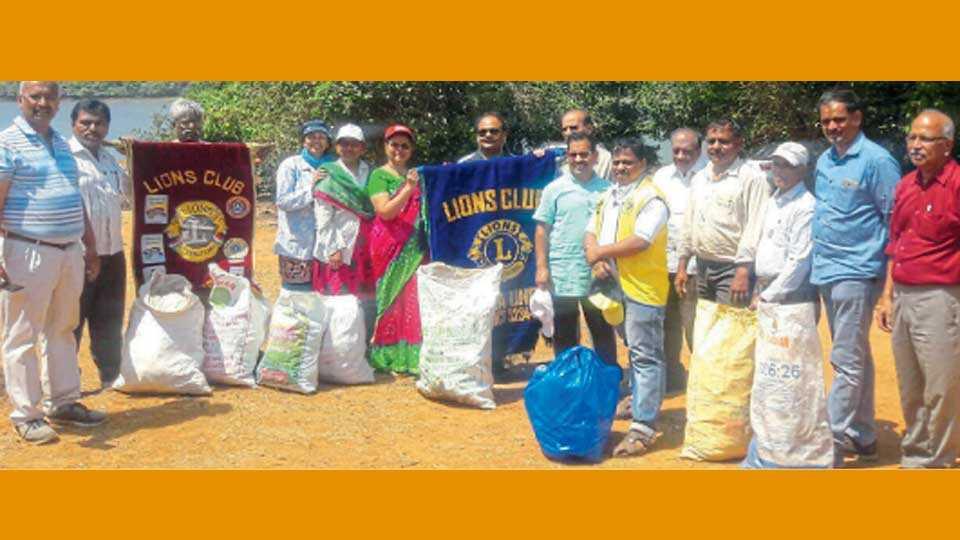कास - महाराष्ट्र अंधश्रद्धा निर्मूलन समिती व लायन्स क्लबच्या श्रमदानात सहभागी झालेले कार्यकर्ते.