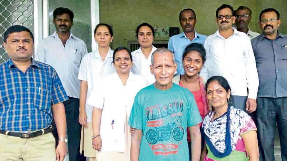 येरवडा - प्रादेशिक मनोरुग्णालयात प्रकाश देशपांडे व त्यांचे नातेवाइक. सोबत वैद्यकीय अधिकारी व कर्मचारी.