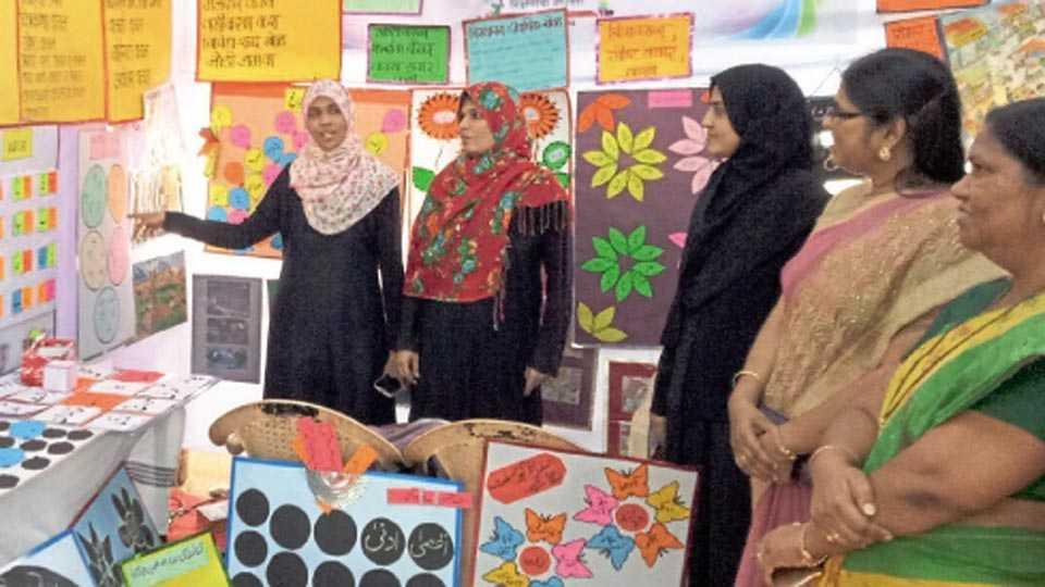 खराडी - शिक्षण उत्सवामध्ये भाषा समृद्धीकरिता बनविलेल्या साहित्याची माहिती देताना येरवड्यातील उर्दू शाळेतील शिक्षक.