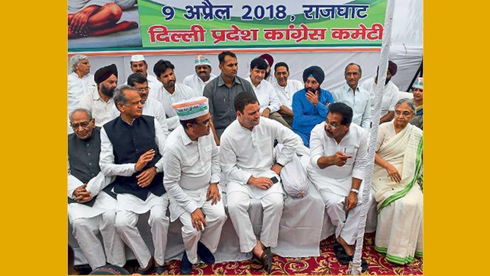 नवी दिल्ली - देशभरातील दंगलींच्या निषेधार्थ कॉंग्रेस पक्षातर्फे पक्षाध्यक्ष राहुल गांधी यांच्या नेतृत्वाखाली सोमवारी राजघाटावर लाक्षणिक उपोषण करण्यात आले.