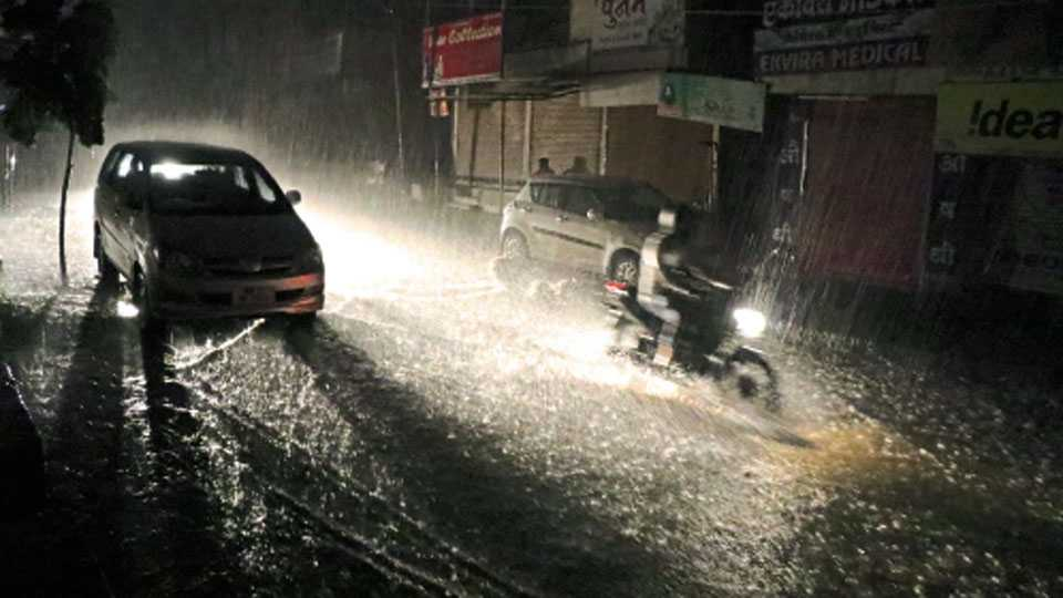 औरंगाबाद - शहरात अवघ्या २० मिनिटांत दणकेबाज पाऊस झाला. वीसेक मिनिटे पडलेल्या पावसाने शहरातील रस्ते असे पाण्याखाली गेले.
