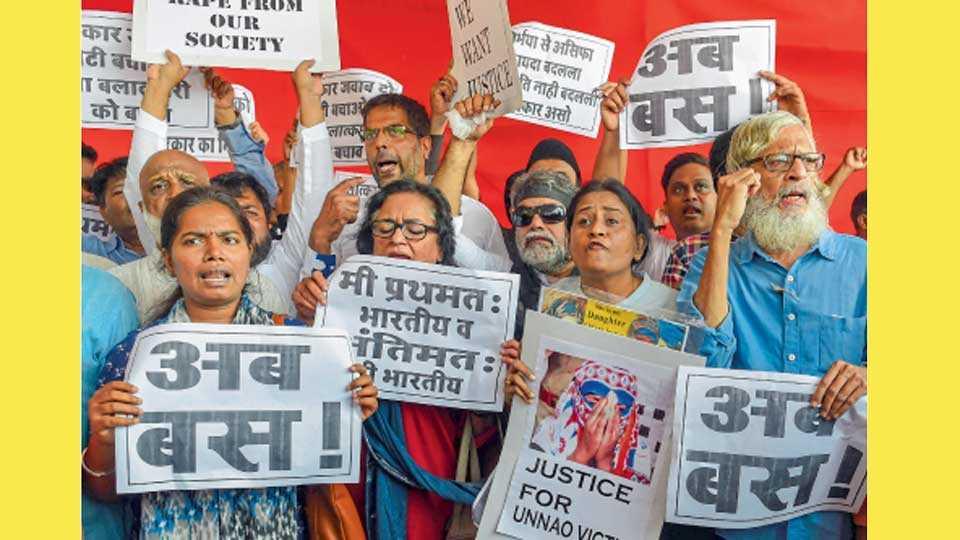 मुंबई - कथुआ आणि उन्नावमधील बलात्काराच्या घटनांचा निषेध करताना कार्यकर्ते.