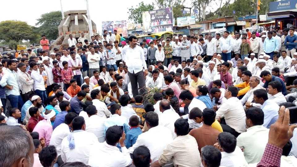 For Various Demands Farmers Started Rasta Roko in Aadas