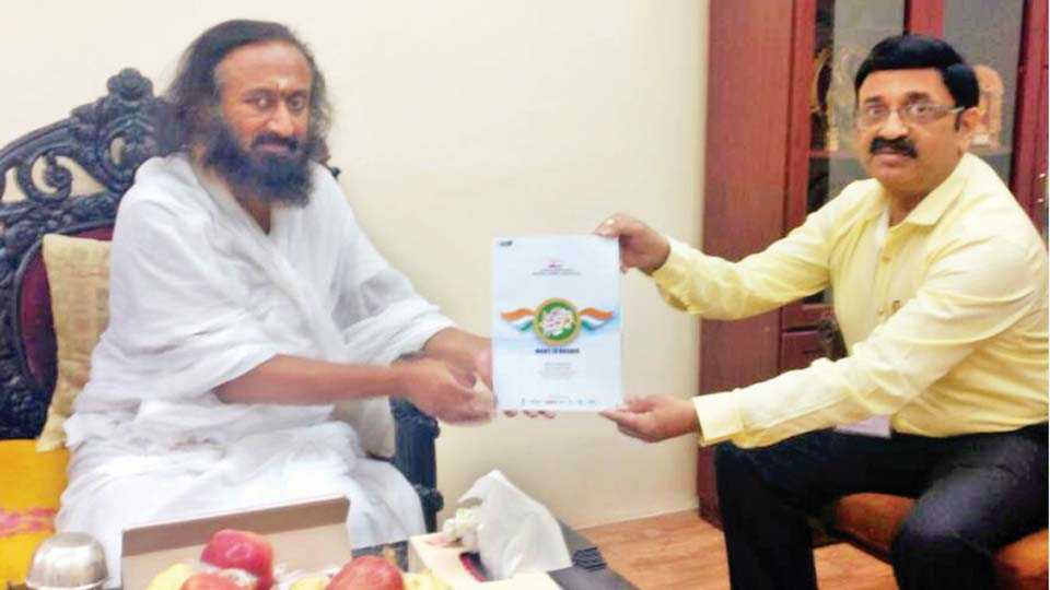 मेक इन नाशिक उपक्रमाची माहिती आर्ट ऑफ लिव्हींगचे सर्वेसर्वा श्री श्री रविशंकर यांना देतांना निमाचे उदय खरोटे.