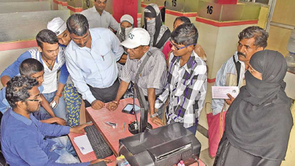 सांगली - हुरहुर... धाकधुक. दहावीचा ऑनलाईन निकाल पाहण्यासाठी मंगळवारी नेट कॅफेत विद्यार्थ्यांची अशी गर्दी झाली होती.