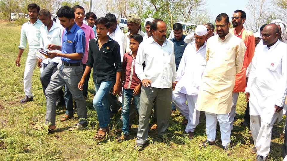 नांदुर्गा (ता. औसा) -गारपीट व अवकाळी पावसाने नुकसान झालेल्या शेताची पाहणी करताना कृषी व पणन राज्यमंत्री सदाभाऊ खोत. सोबत प्रशासकीय अधिकारी व शेतकरी.