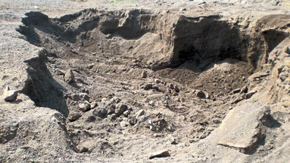 चितळी - वाळू उपशामुळे येरळा नदीत ठिकठिकाणी खड्डे पडलेले दिसतात.
