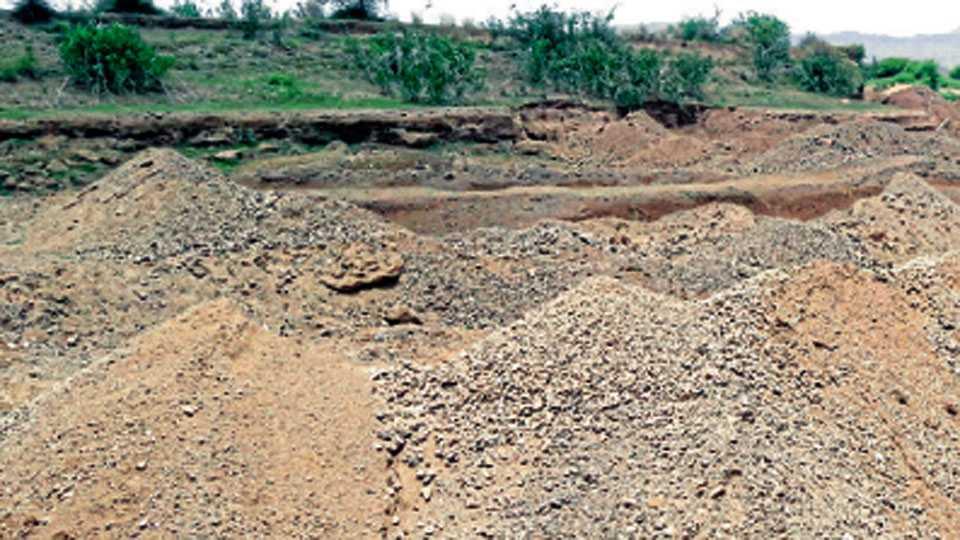 निंबोडी (ता. खंडाळा) - तांबवे धरणातील सार्वजनिक पाणीपुरवठा विहिरीनजीकचा जुना पाझर तलाव वाळूमाफियांनी पूर्णपणे उद्ध्वस्त करून वाळूउपसा केला आहे.
