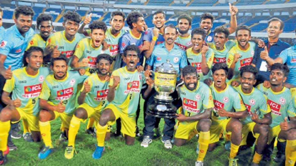 कोलकाता - संतोष करंडक पटकाविणारा केरळाचा संघ.