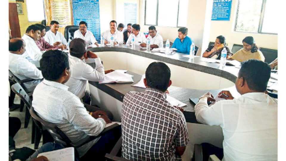आंबेठाण (ता. खेड) - ग्रामसेवक आणि लोकप्रतिनिधी यांच्या सहविचार सभेत बोलताना जिल्हा परिषद सदस्य शरद बुट्टे पाटील.