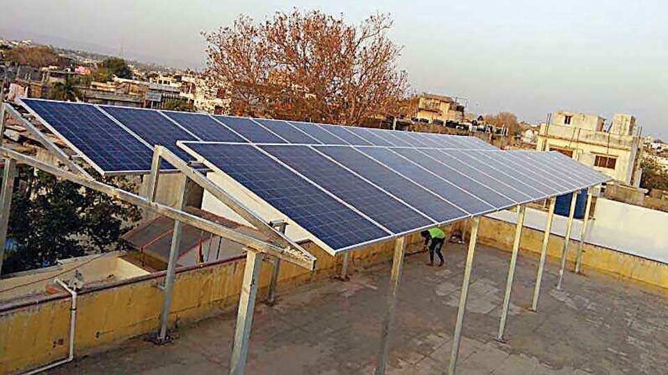 औरंगाबाद - राजाबाजार येथील जैन मंदिरावर बसविण्यात आलेले सौर पॅनेल.