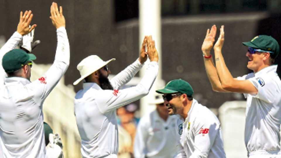 लंडन - इंग्लंडविरुद्ध दुसऱ्या कसोटी क्रिकेट सामन्यात विजय मिळविल्यानंतर आनंद व्यक्त करताना  दक्षिण आफ्रिकेचे खेळाडू.