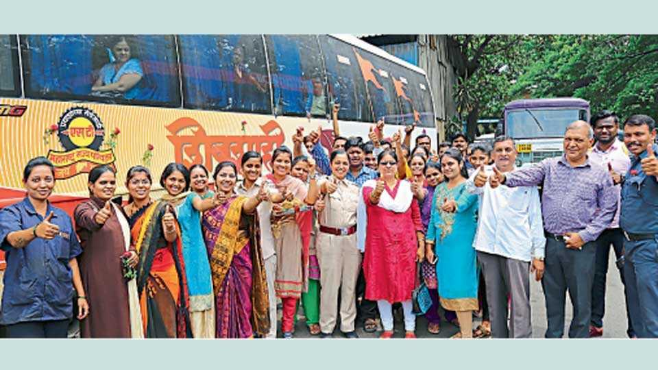 शिवाजीनगर - राज्य परिवहन मंडळाचा सत्तरावा वर्धापन दिन उत्साहात साजरा करताना एसटीचे कर्मचारी आणि प्रवासी.