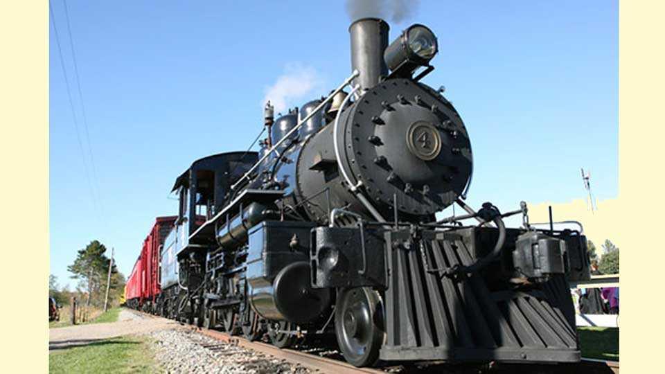 नेरळ -जागतिक वारसा दिनानिमित्त वाफेच्या इंजिनावर धावणारी मिनी ट्रेन.