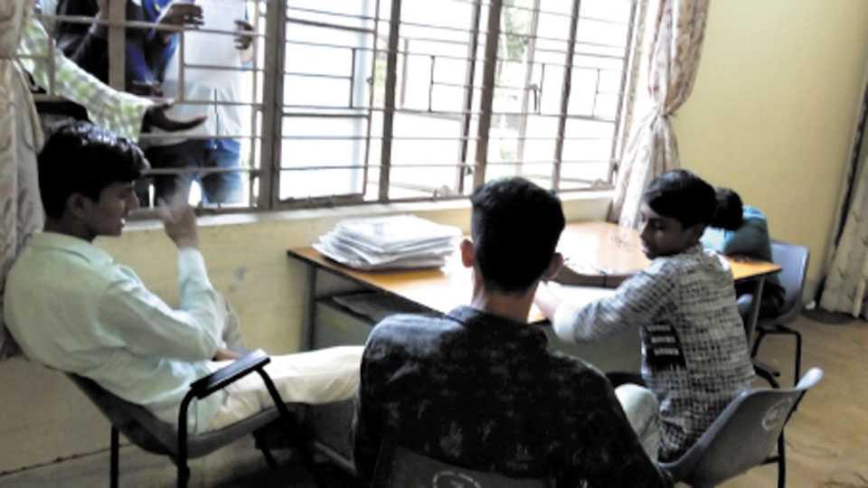 औरंगाबाद - शासकीय आयटीआयमध्ये माहिती पुस्तिका विक्री करताना विद्यार्थी.