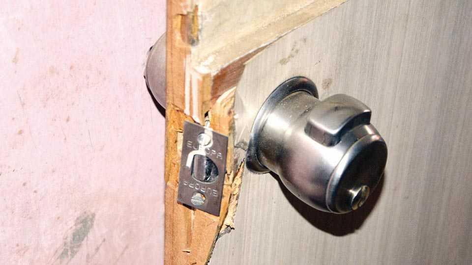 चोरांनी दरवाजाचा तोडलेला कडी कोयंडा.